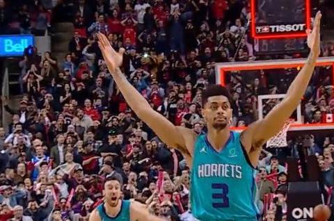 3.1秒!伦纳德无法摊手,洛瑞低头分开,NBA历史第二远绝杀