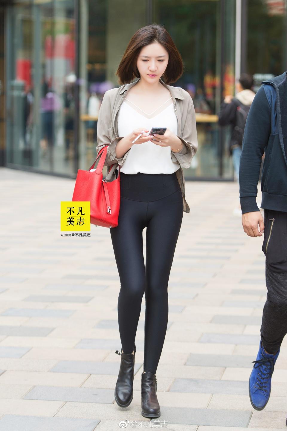 街拍:小姐姐穿黑色紧身裤出街,这样的清纯美女太养眼了