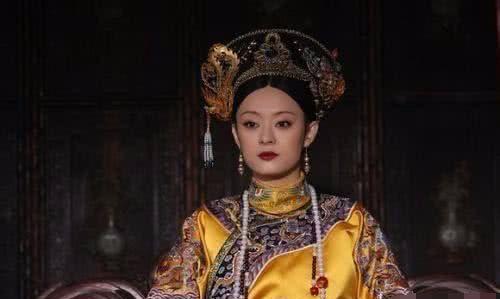 清朝的皇上,皇后走路时,为何需要太监扶着胳膊?说出来图片