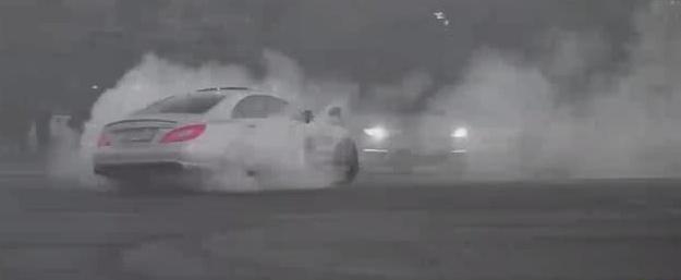 趣人趣车 奔驰cls63疯狂的烧胎、漂移,轮胎与地面摩擦的烟雾撩人,不愧...