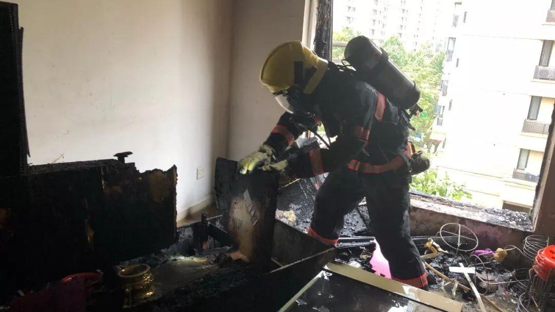 郑州居民楼燃气泄露引发大火 不断传出爆炸声