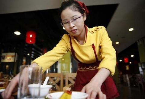 """吃火锅时,服务员问你""""是否加汤"""",其实是种暗示,聪明人一点就透"""