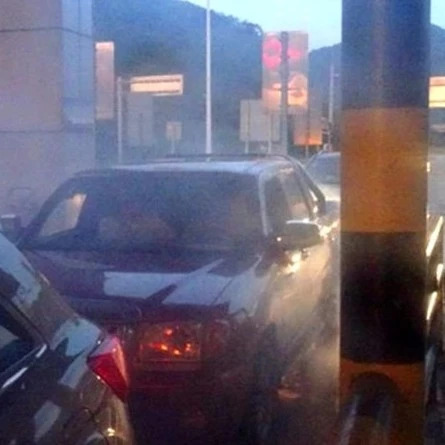 """卡车出故障 司机自带""""烟雾缭绕""""特效开了100多公里"""