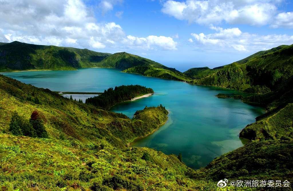 从大西洋中央向西看去,碧蓝的海水之中