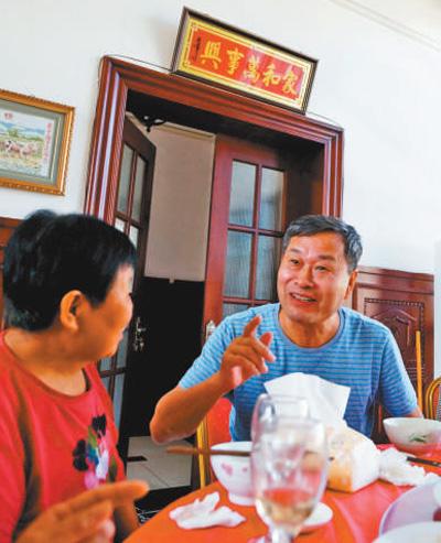 王贵武(右)在与抗洪烈士母亲一起就餐。李胜利摄(人民视觉)