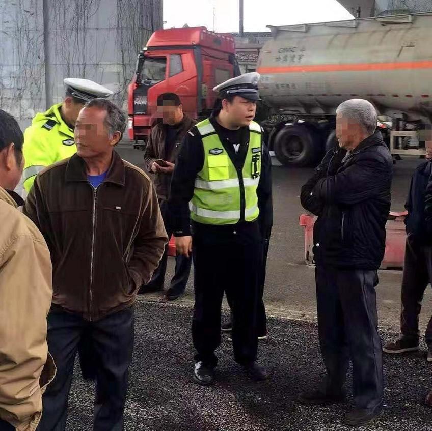 一群广西人集体包车参加喜宴 大客车却开到了交警队