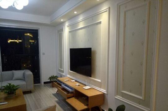 客厅的电视背景墙,石膏线板加上墙纸,很大方.