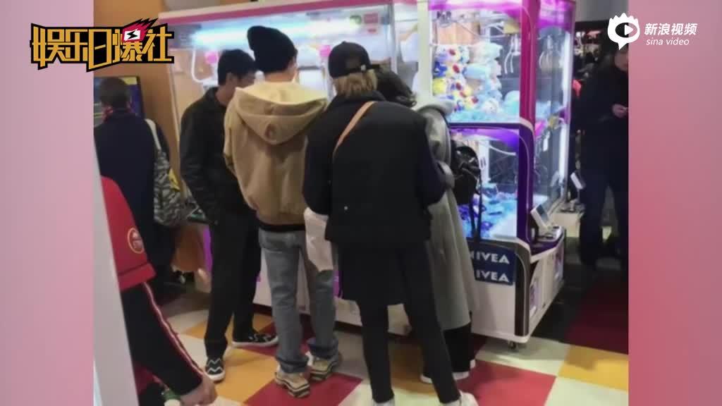 网友日本偶遇李易峰_逛动物园抓娃娃童心未泯