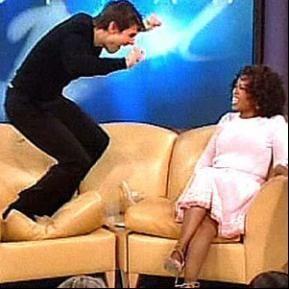 汤姆-克鲁斯跳上沙发向新女友示爱