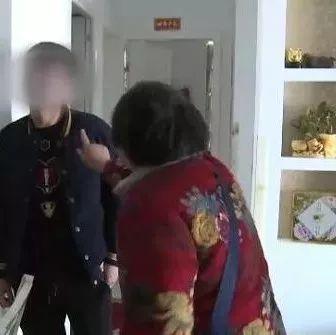 小伙撞人逃逸遭母亲狠捶:去给我跪着向人家道歉
