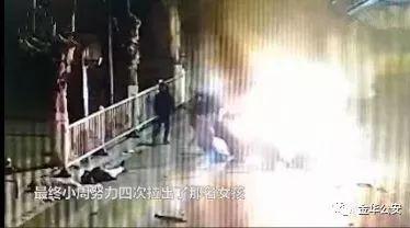 金华市区发生车祸客车起火 85后小伙4次冲进火海救人