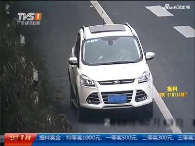 四川:应急车道逗小孩 如此做法不可取