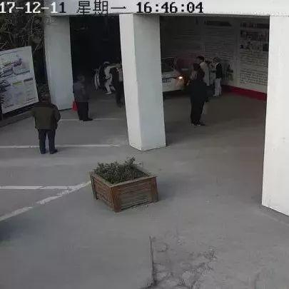 杭州1女子斜躺副驾驶座满车血迹 车旁男人慌乱失神