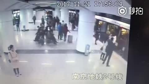 地铁上下车拥挤引争执 女乘客连踢孕妇肚子3脚