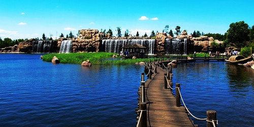 人工湖与假山(图片来源于网络)