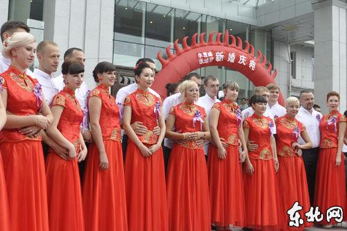 参加中俄集体婚礼的新人们。 高建奇 摄