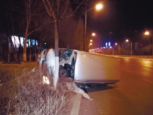 沈阳一轿车转弯撞树车损严重 司机浑身是血昏迷被救