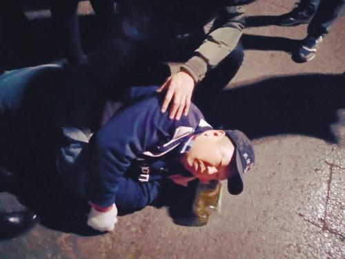 沈阳六旬男子在机动车道上昏倒 多名市民热心救助