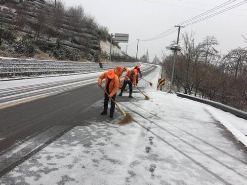 辽宁境内高速路面湿滑 部分长途客车已停运