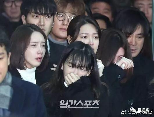 """在金钟铉出丧式上""""抢C位""""?女团人员举措引争议"""