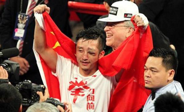 2014年,邹市明面对泰国选手坤比七,眉骨被打破,眼睛肿成血馒头。