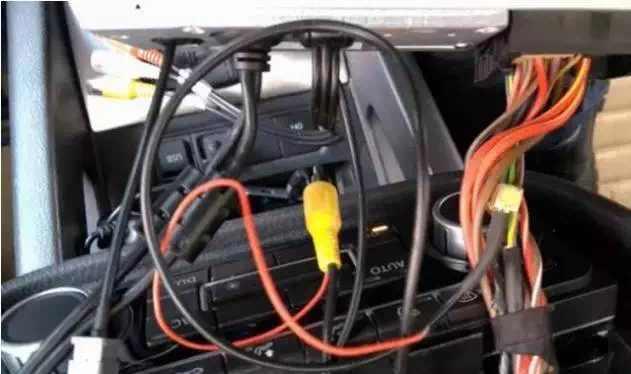 长沙岳麓大道小车自燃,遇突发情况怎么操作