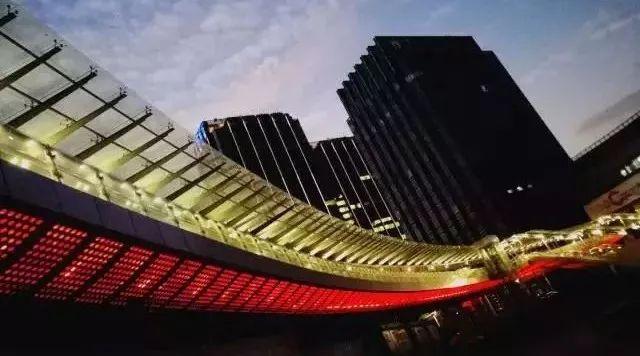 莲花路连廊开放试运营 市民可空中漫步穿梭各商场