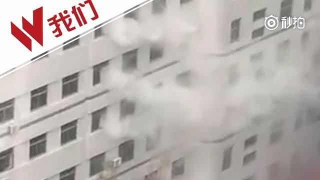 医院盐酸储存桶爆裂 白烟滚滚似火灾