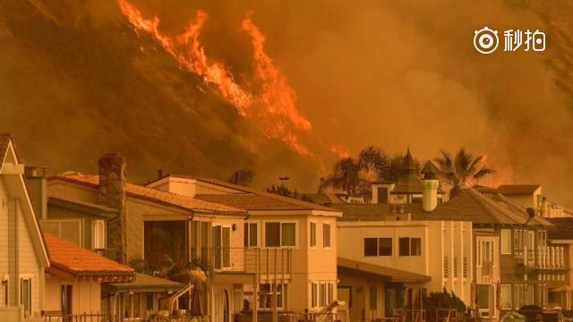 美国加州大火失控 近20万人被迫逃离