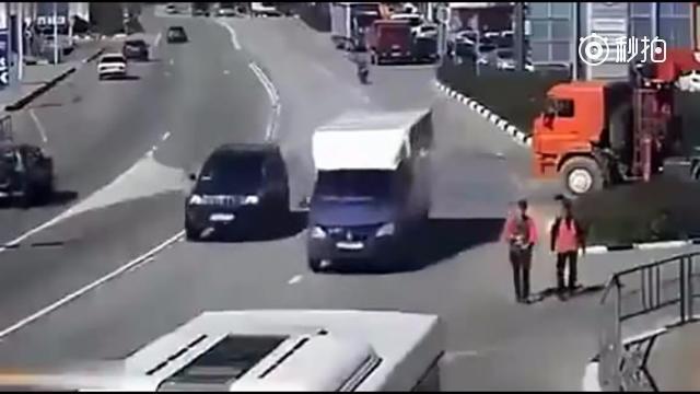 女子遇到车祸只为活命,监控拍下她做出这个艰难的抉择 