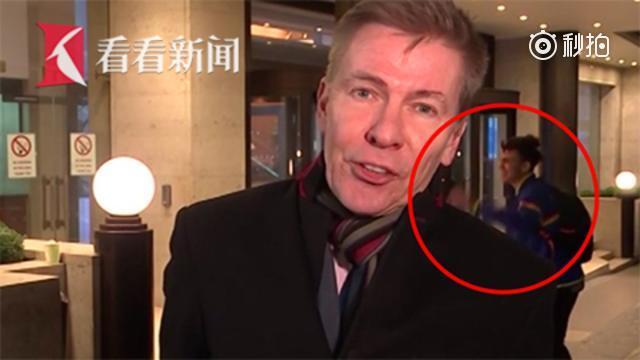 吵架情侣冲入直播画面 记者满脸尴尬