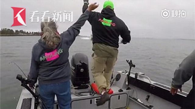 美国钓友驾船钓鱼反被撞翻 跳河逃生
