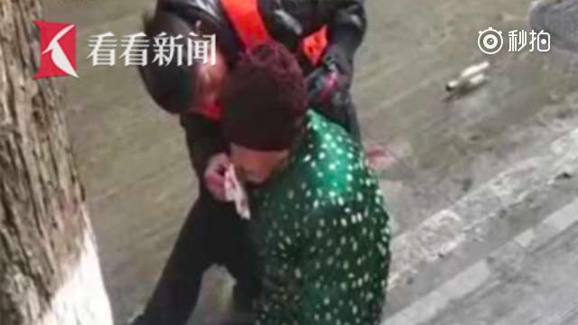 7旬老太摔倒鼻血流 环卫工上前搀扶