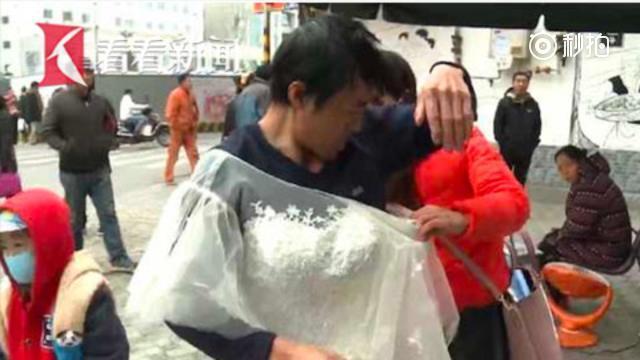 8岁儿子患白血病 父亲穿婚纱救子