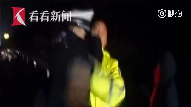 男孩车祸受惊 交警给他戴警帽手护耳