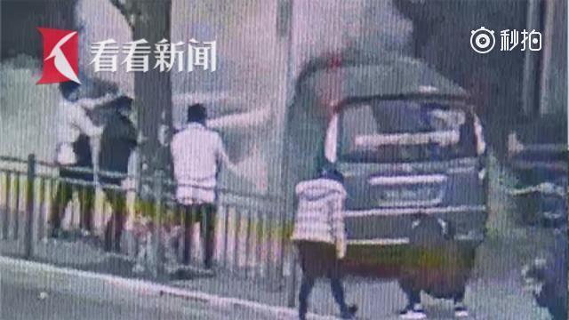车祸中店员见义勇为 抗出灭火器救人