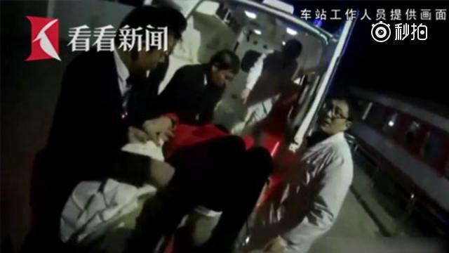 女乘客从卧铺摔下 火车紧急停靠救治