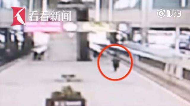 列车启动前客运员搂住女孩化险为夷