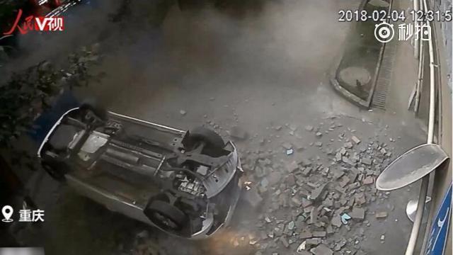 """司机驾车撞穿墙壁 """"飞""""下二楼 网友:太惊险"""