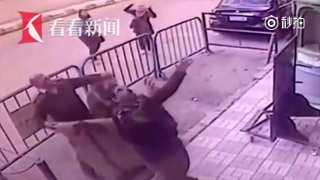 埃及5岁男孩不慎坠楼 路过巡警接住