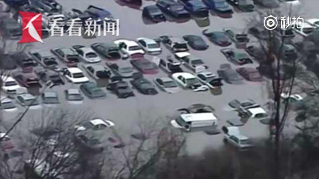 美国暴雨 百辆汽车泡水仅剩车顶露头