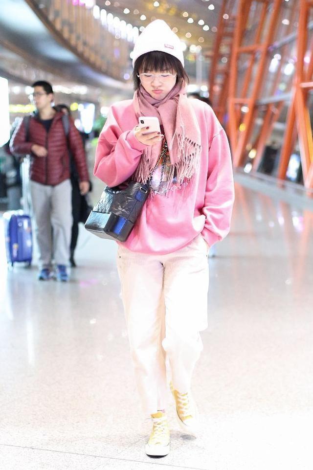 金马影后马思纯现身机场,低头玩手机一无名人架子,网友:真令人喜爱