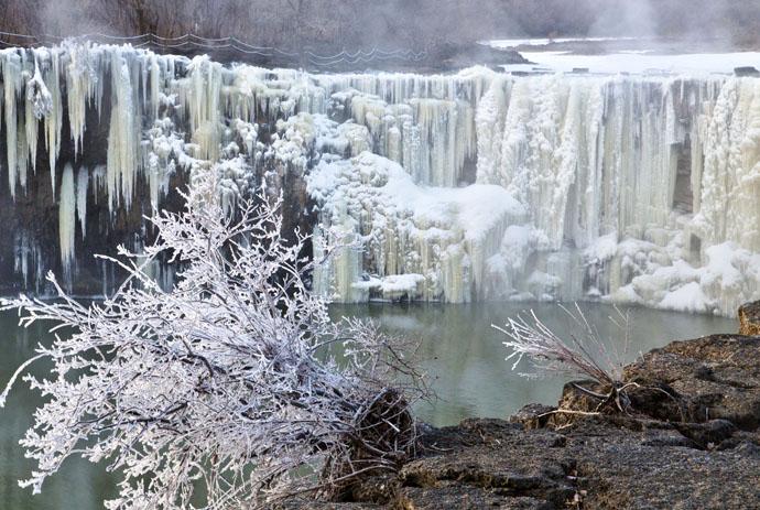 美呆了!雾凇和冰瀑组成的冰雪世界