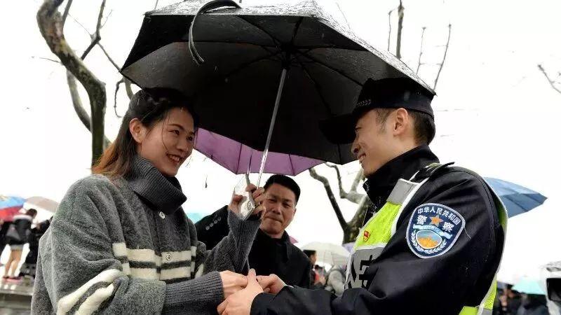 杭州一新婚民警春节值守 妻子冒雨断桥相会送惊喜