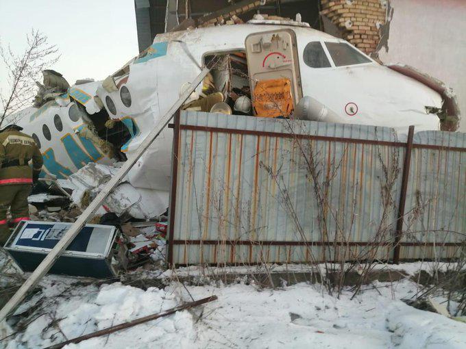 哈萨克斯坦一飞机坠机 机上载有100人