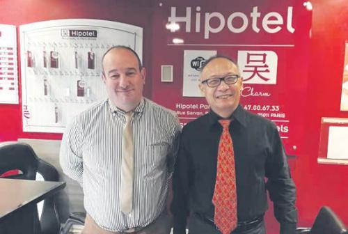 吴秦和纳比尔在希泊泰酒店。(《欧洲时报》/黄冠杰 摄)