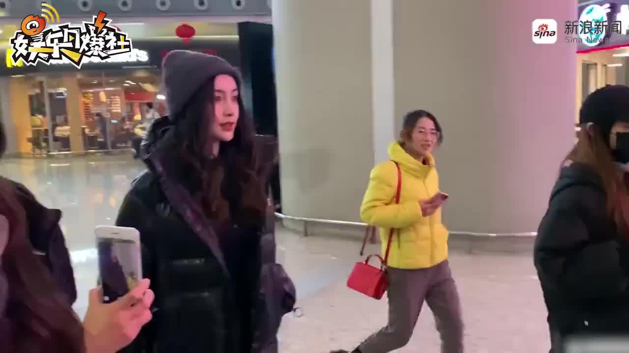 """视频:Baby为小海绵庆生后现身机场  与粉丝闲聊露""""幸福笑"""""""