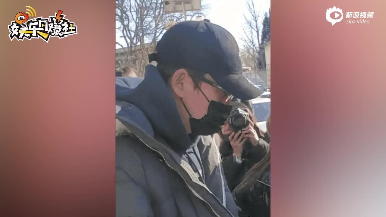 视频:朱一龙现身春晚第四次联排戴帽子口罩包裹严实