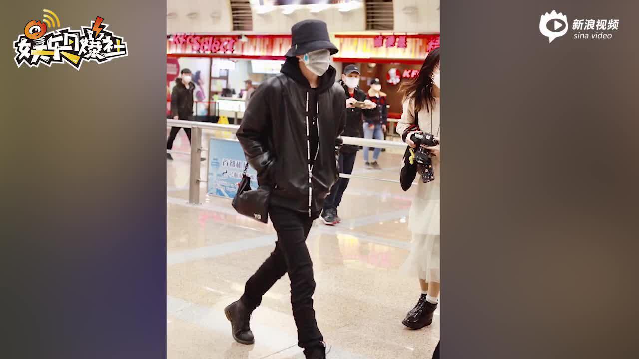 视频:蔡徐坤渔夫帽黑色皮衣帅气爆表 戴两层口罩自我防范到位
