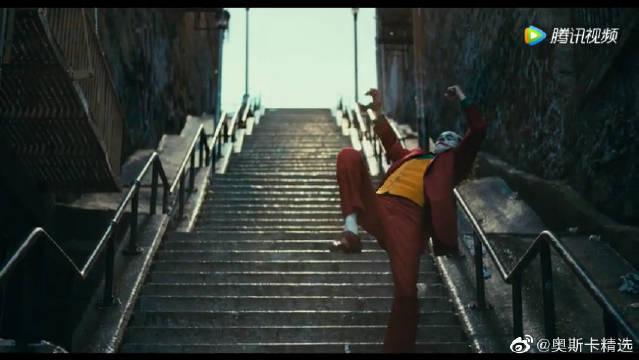《小丑》小丑楼梯跳舞病态舞姿开启黑化模式,这个妆容真的有点恐怖